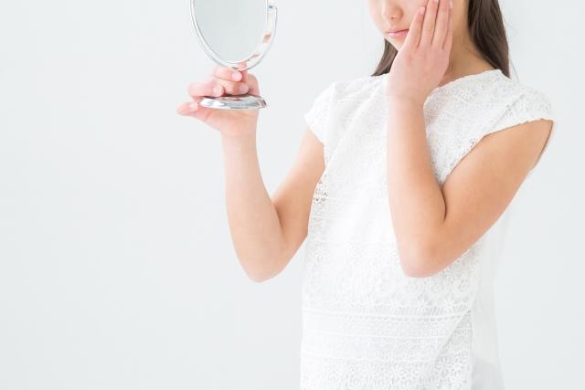 女性を悩ます「肌の粉ふき」白っぽい粉の正体と粉ふきの改善策とは?
